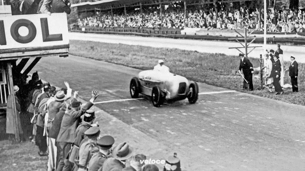Am 22. Mai 1932 gewinnt Manfred von Brauchitsch das Avus-Rennen in Berlin auf Mercedes-Benz SSKL mit Stromlinienkarosserie und stellt dabei mit einer Durchschnittsgeschwindigkeit von 194,4 km/h über eine Distanz von 200 Kilometern einen Klassenweltrekord auf.On 22 May 1932, Manfred von Brauchitsch won the Avus race decisively in Berlin in the aerodynamically optimised Mercedes-Benz SSKL. In doing so, he set a class world record with an average speed of 194,4 km/h over a distance of 200 kilometres.