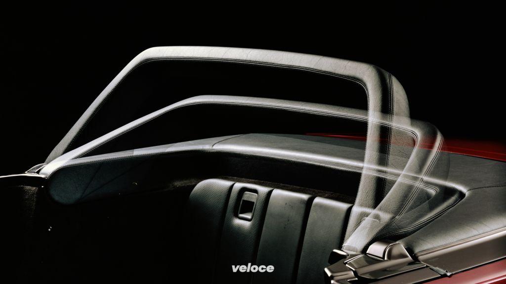 Mercedes-Benz der Baureihe R 129. Der automatische Überrollbügel des Roadsters ist eine Weltneuheit. Er klappt bei fahrdynamisch kritischen Situationen in nur 0,3 Sekunden auf und sichert bei einem Überschlag den Überlebensraum der Passagiere.Mercedes-Benz of the R 129 model series. The automatic roll bar of the roadster is a world premiere. It folds open in critical dynamic driving situations in just 0.3 seconds and ensures the passengers are protected above their heads in the event of a rollover.