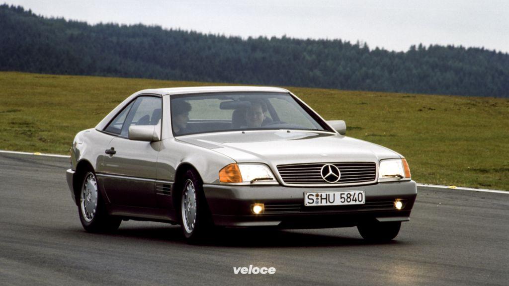 Mercedes-Benz SL der Baureihe R 129 (1989-2001) mit Hardtop. Das Foto zeigt ein Fahrzeug der ersten Serie (1989-1995).Mercedes-Benz SL of the R 129 series (1989-2001) with hard top. The photo shows a vehicle from the first production (1989-1995).