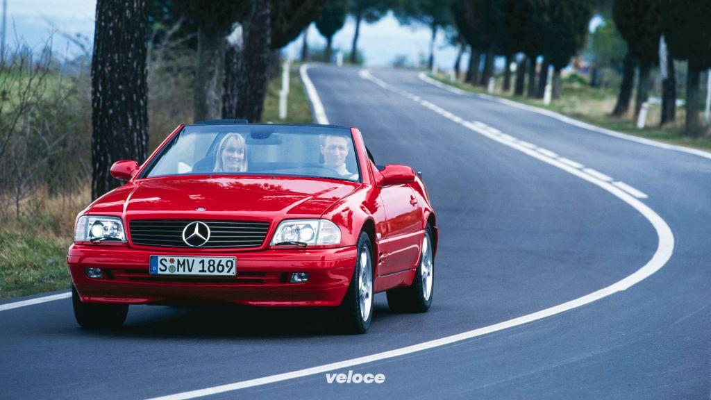 Gene aus dem Sportwagenbau: Mercedes-Benz SL (Baureihe R 129, 1989-2001), hier ein SL 280 nach der im Jahr 1998 erfolgten letzten Modellpflege.Sports car DNA: the Mercedes-Benz SL (model series R 129, 1989-2001). Photo: SL 280 after the 1998 facelift.